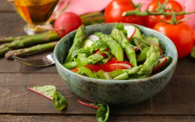 Gebratener Spargel auf Feldsalat